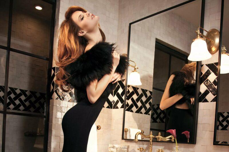 Девушка рядом с зеркалом
