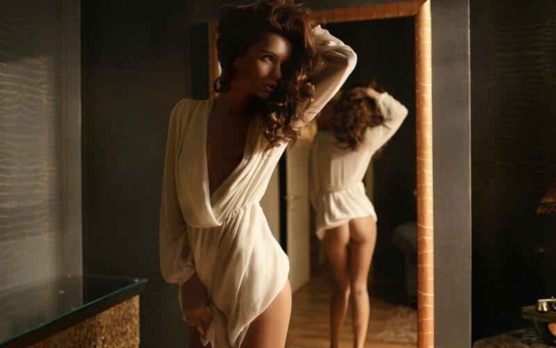 Зеркало и девушка