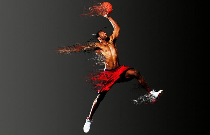 Забивает очко в баскетболе
